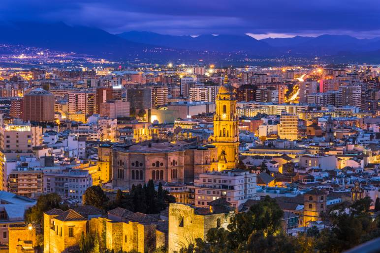 Vista del centro de Málaga por la noche