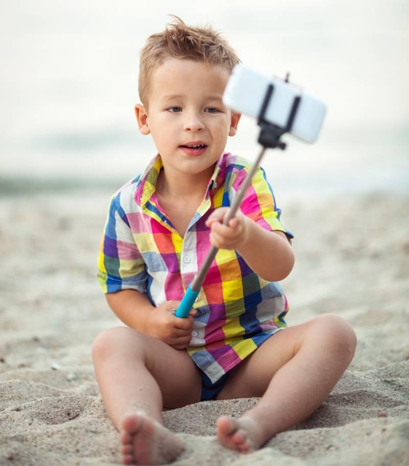 Niño disfrutando en la playa de Málaga cerca de un apartamento